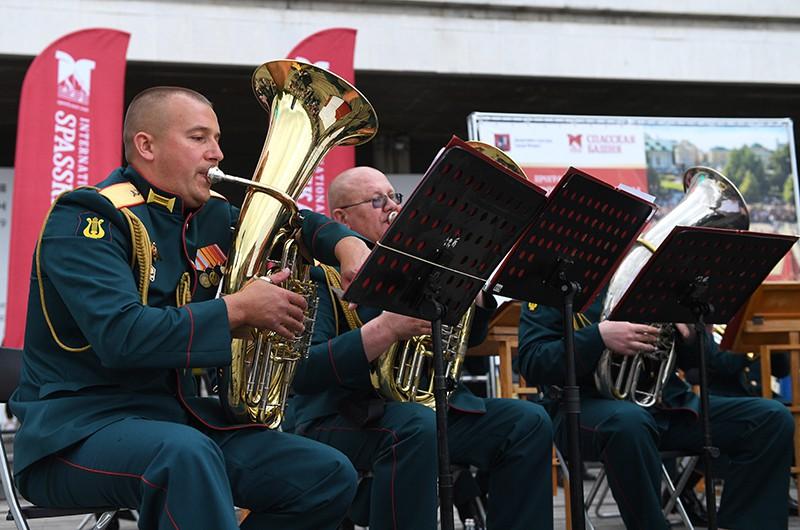 Музыканты военного оркестра