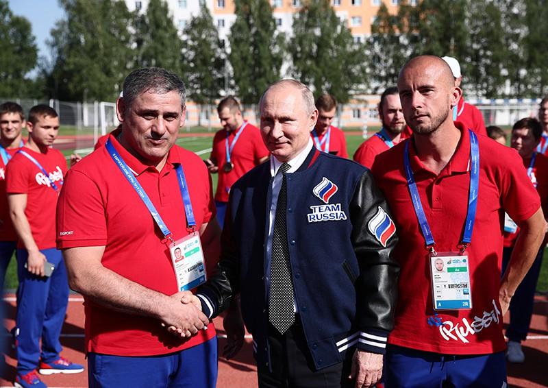 Владимир Путин во время встречи с российскими спортсменами в деревне II Европейских игр в Минске