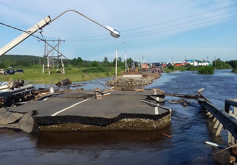 Разрушенная дорога в подтопленном городе Тулуне