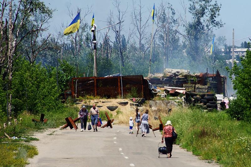 """Местные жители в районе пропускного пункта """"Станица Луганская"""""""