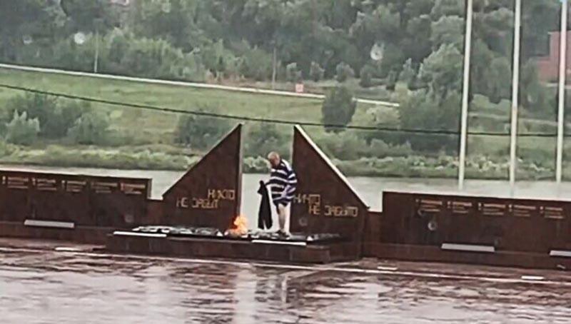 Мужчина под дождём сушил одежду на Вечном огне в Подмосковье