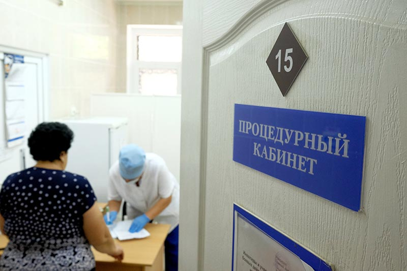 Женщина в процедурном кабинете поликлиники