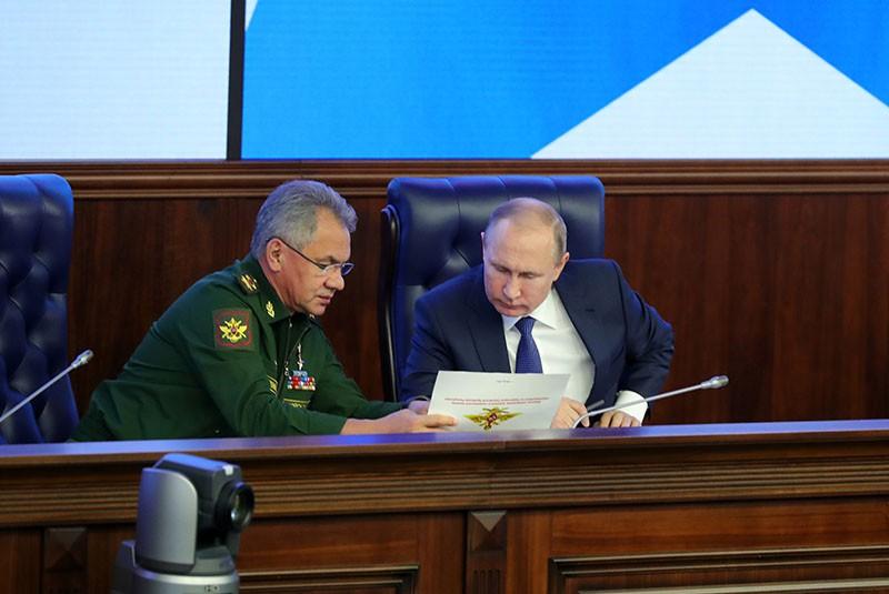 Владимир Путин и министр обороны России Сергей Шойгу