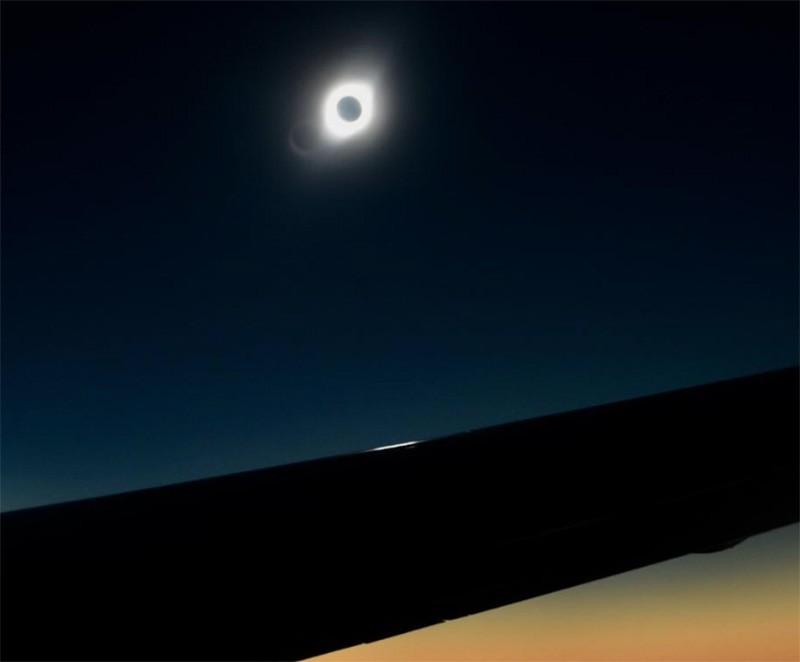 Солнечное затмение снятое с борта самолета