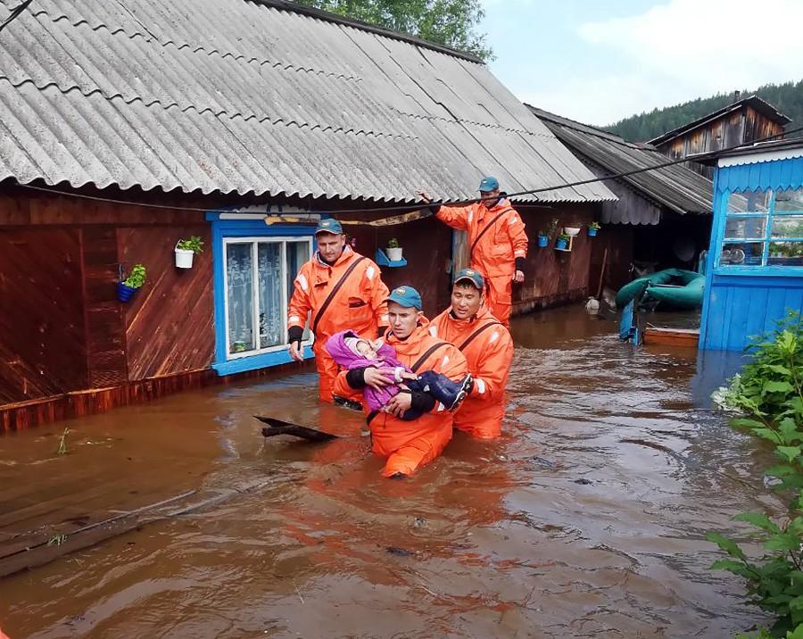 Работа сотрудников МЧС во время паводка