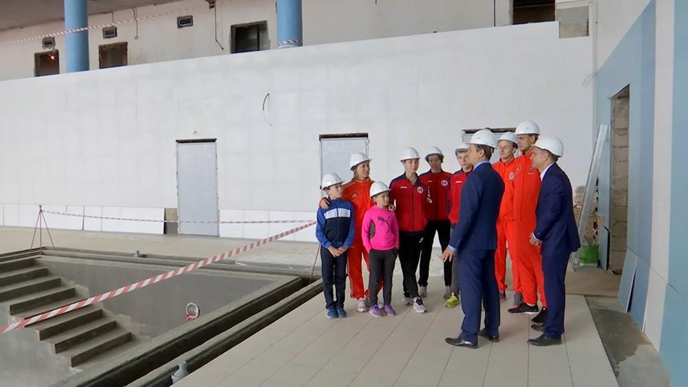 Юные спортсмены осматривают ход строительства Центра современного пятиборья