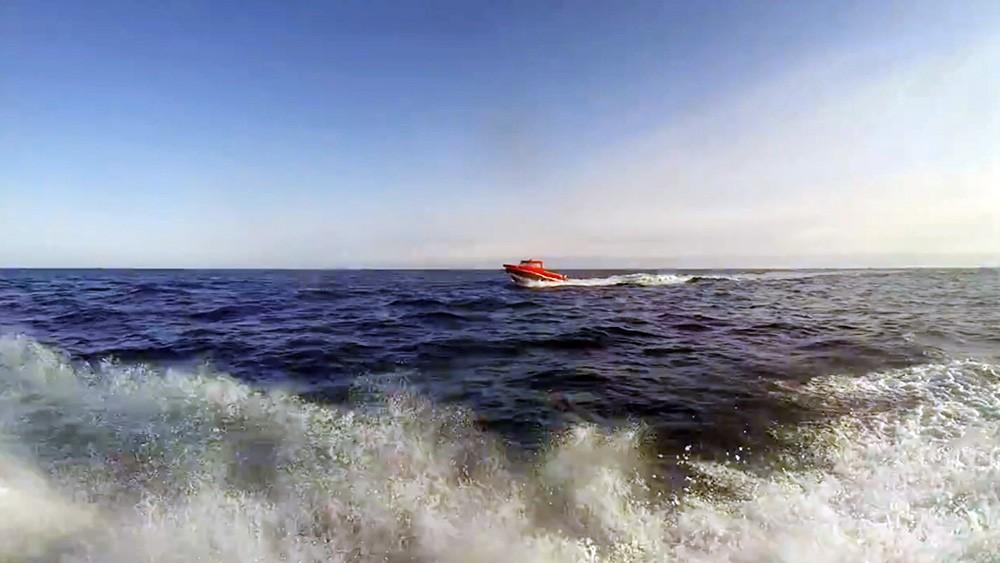 Катер в море