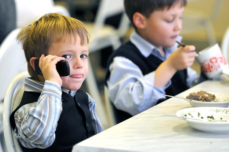 Школьник с телефоном