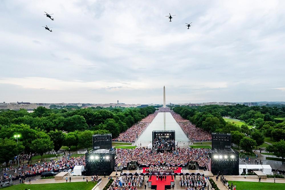 Пролет военных вертолетов над Вашингтоном в День независимости США