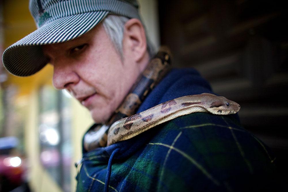 Мужчина с ручной змеей
