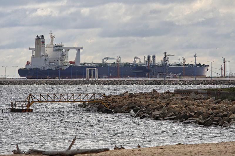 Танкер в порту