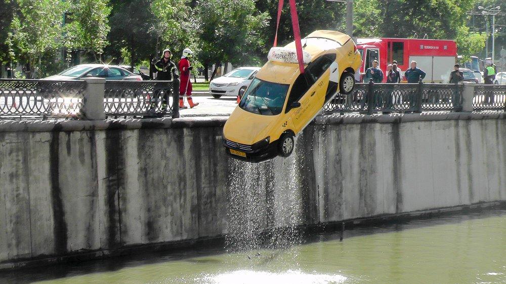 Работа оперативных служб по подъему автомобиля такси, упавшего в реку Яуза