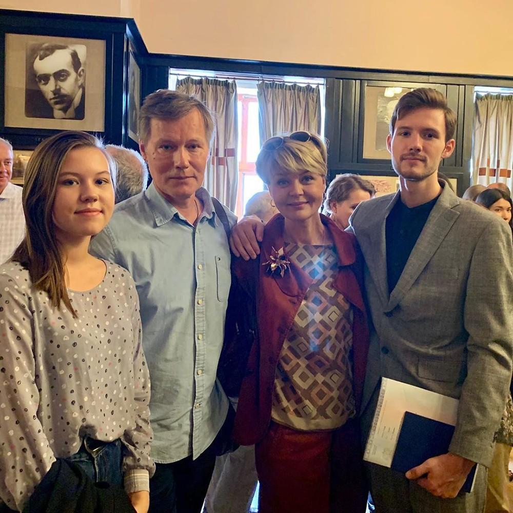 Сияющая Меньшова пришла на выпускной к сыну :: Новости ...