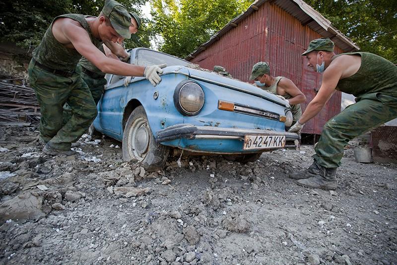 Армия разбирает завалы после разрушительного наводнения в Сибири