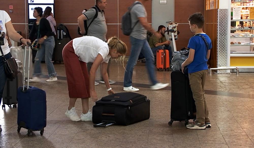 """Пассажиры в аэропорту """"Шереметьево"""""""