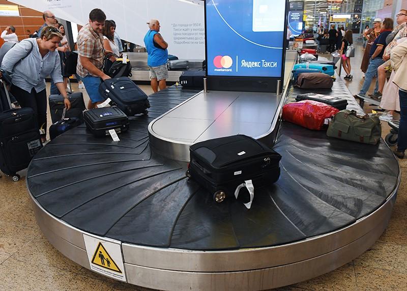 """Пассажиры на пункте выдачи багажа в аэропорту """"Шереметьево"""""""