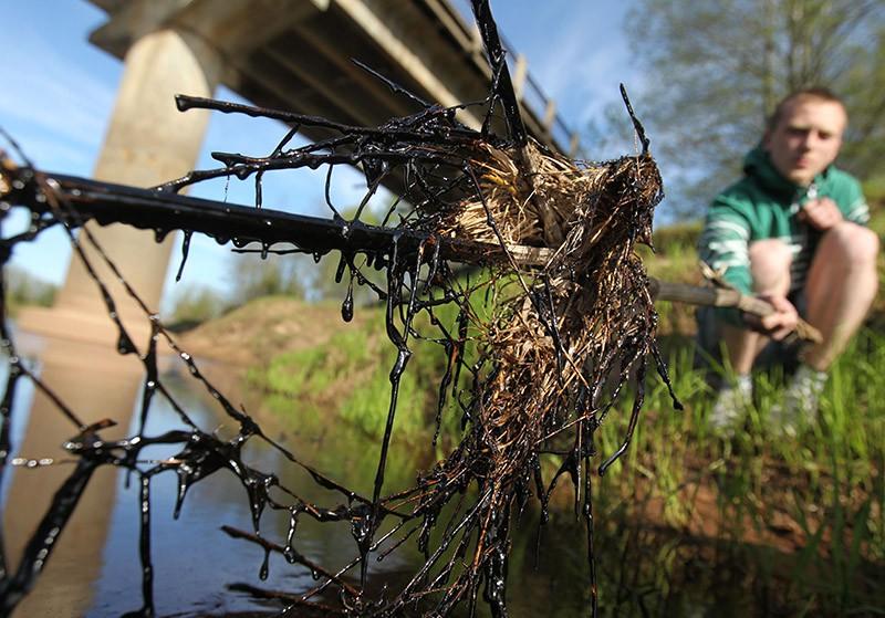 Загрязнение озера нефтепродуктами