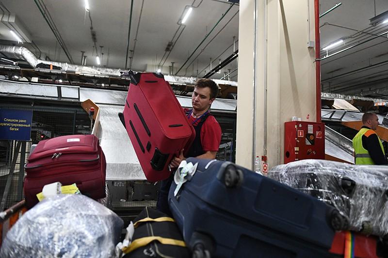 Сотрудник багажной службы во время работы в международном аэропорту Шереметьево