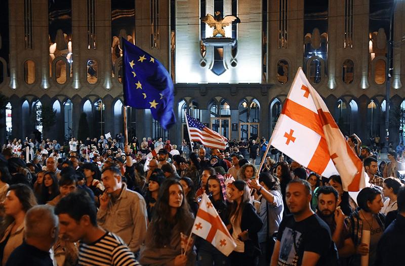 """Участники """"Марша свободы"""" на проспекте Руставели в Тбилиси"""