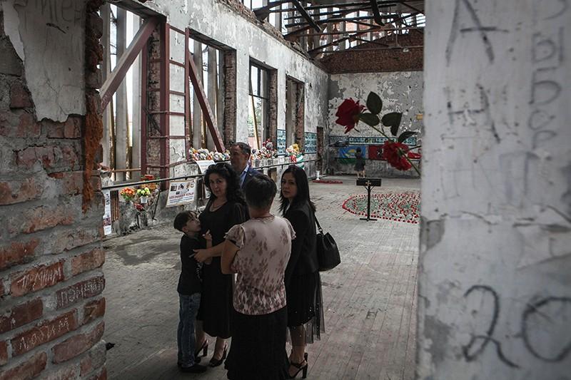 Жители Беслана в помещении бывшей 1-й Бесланской школы