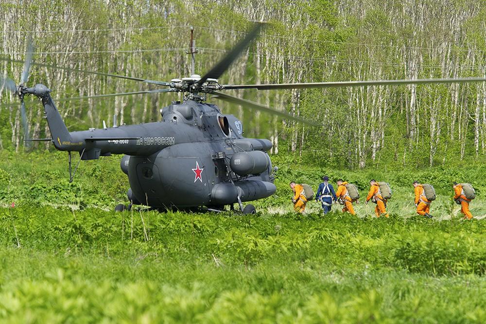 Парашютисты поднимаются на борт вертолета Ми-8