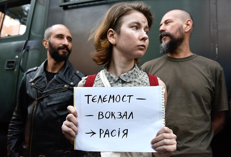 Участники акции протеста у офиса телеканала NewsOne против телемоста