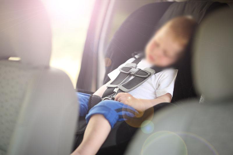 Ребенок в закрытой машине