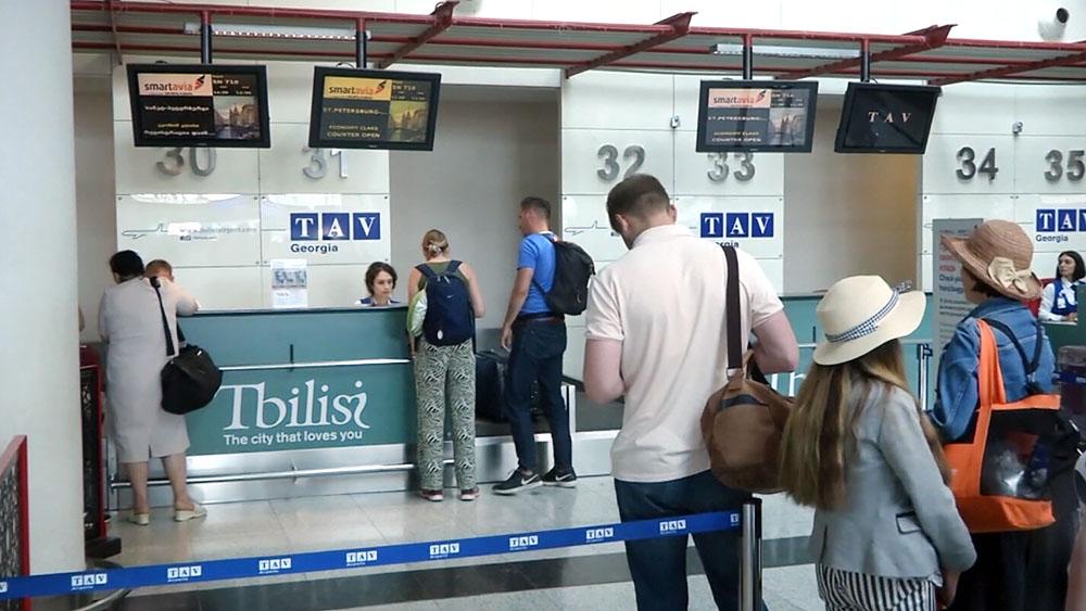 Туристы в аэропорту в Грузии