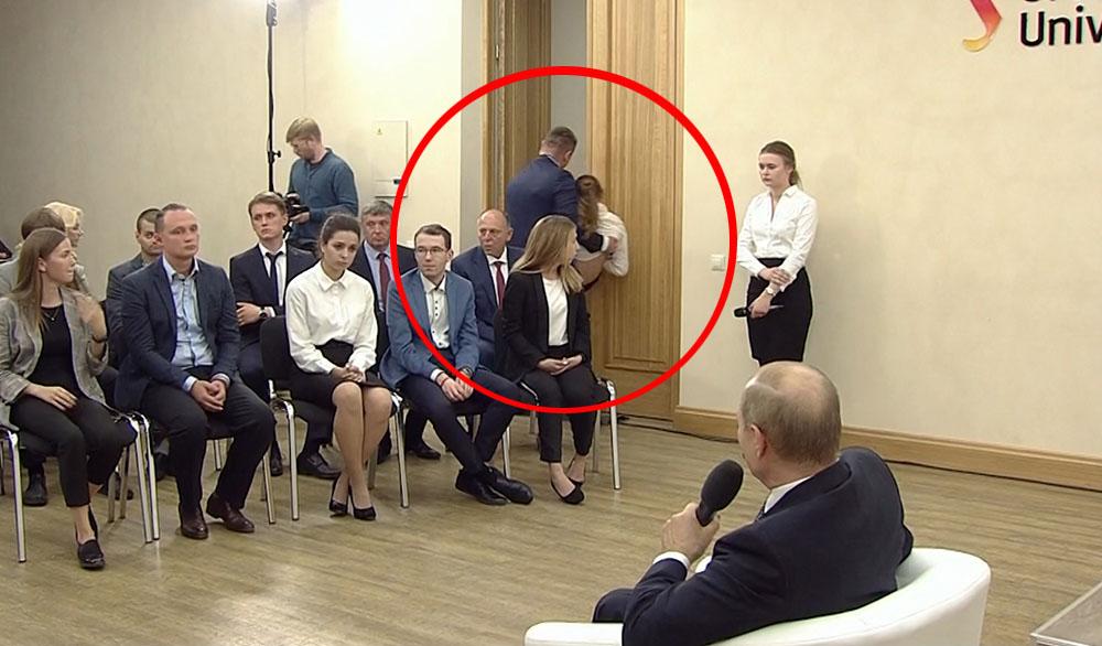 Охрана выносит упавшую в обморок студентку на встрече с Владимиром Путиным