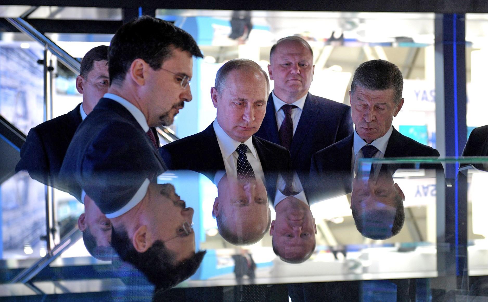 """Владимир Путин посетил Международную выставку промышленности и инноваций """"ИННОПРОМ"""""""