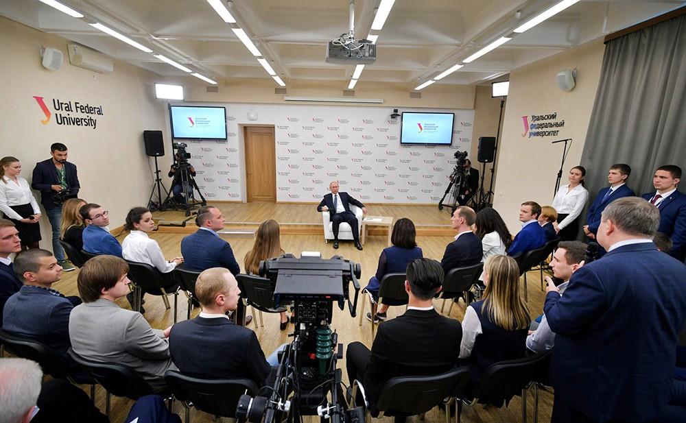 Владимир Путин общается со студентами