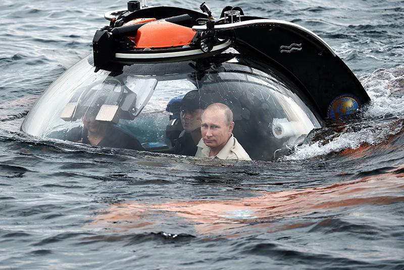 Владимир Путин (справа) совершает погружение на батискафе