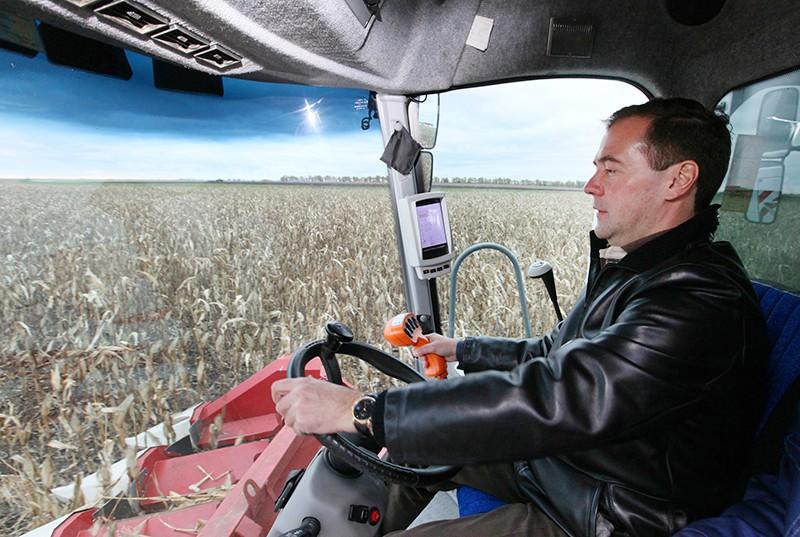 Дмитрий Медведев за комбайна