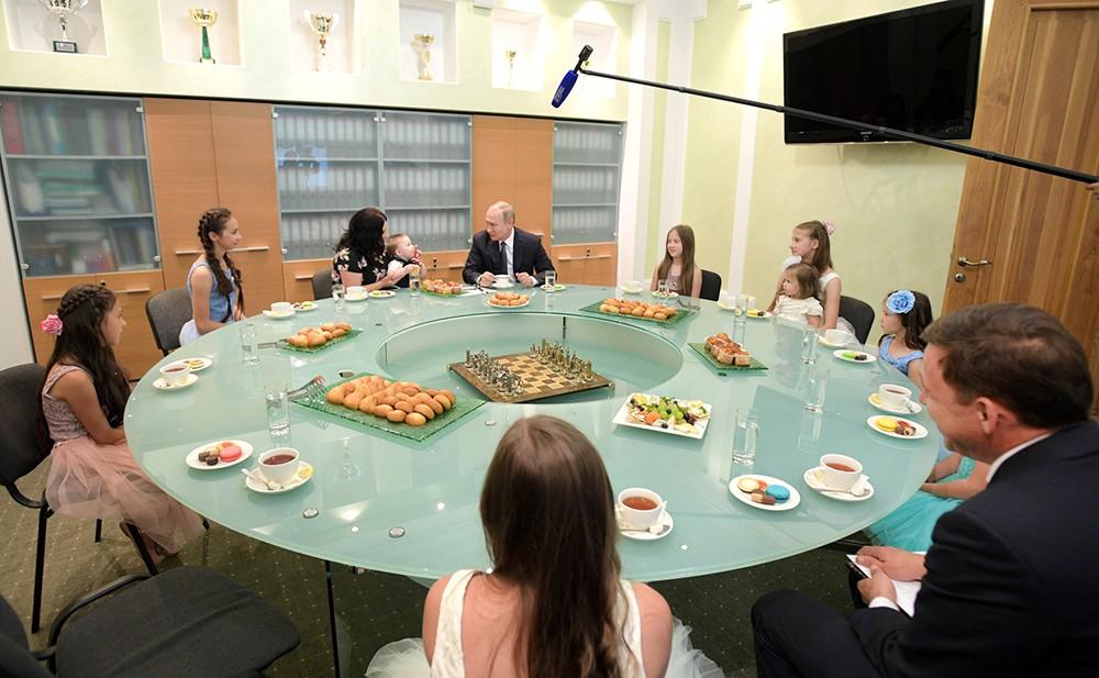 Владимир Путин на встрече с многодетной семьёй Сыропятовых