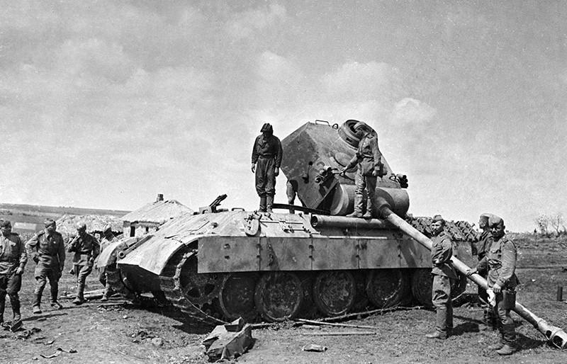 Советские солдаты рассматривают подбитый немецкий танк