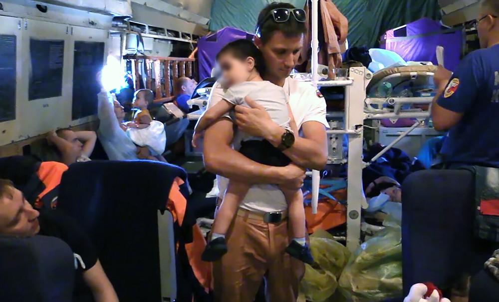 Спасатели МЧС с детьми на борту самолета