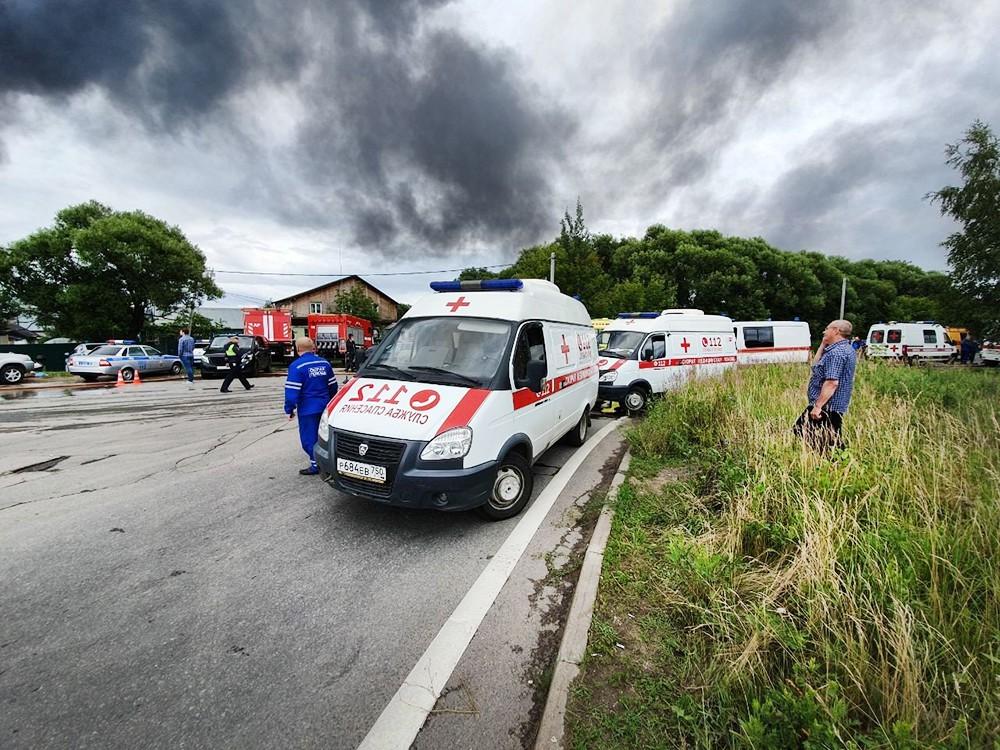Автомобили скорой помощи на месте пожара