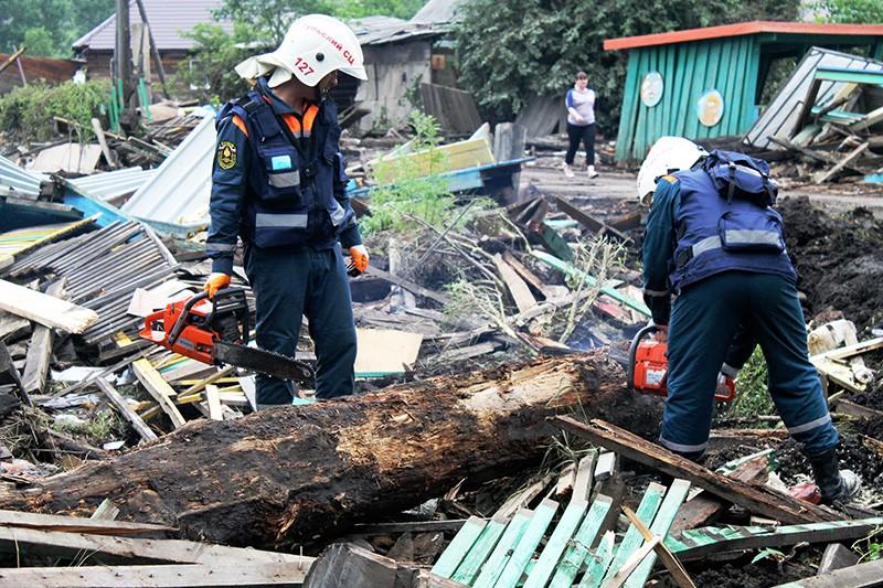 Сотрудники МЧС разбирают завалы, возникшие в результате подтопления в Иркутской области