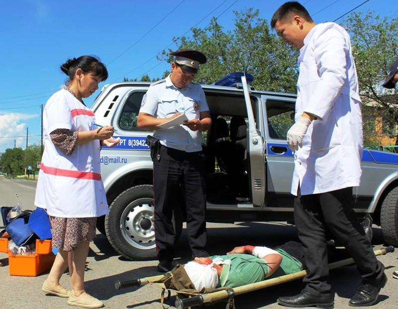 Сотрудники ДПС и скорой помощи на месте происшествия