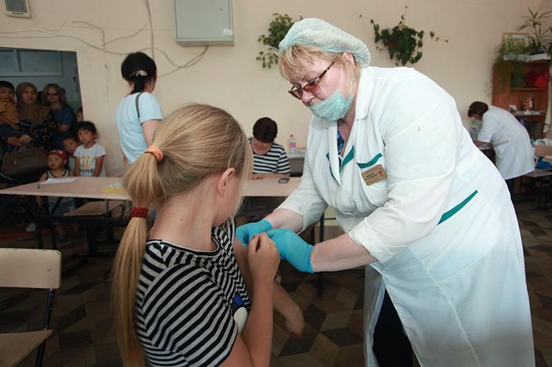 Медицинские работники делают вакцинацию от гепатита А людям из пострадавших от паводков районов Иркутской области