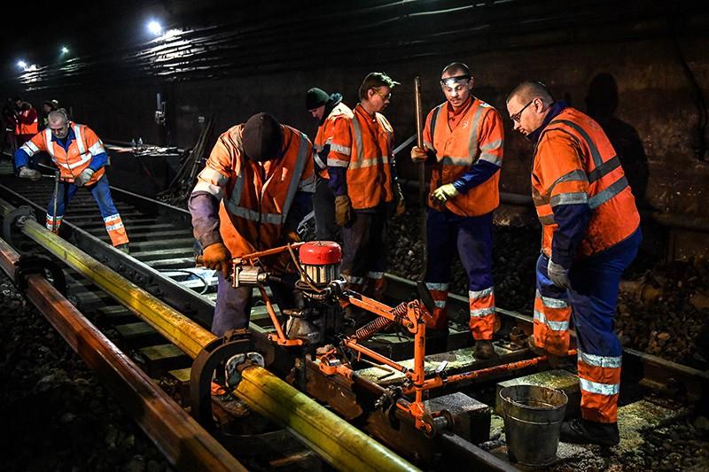 Рабочие во время замены шпал в тоннеле