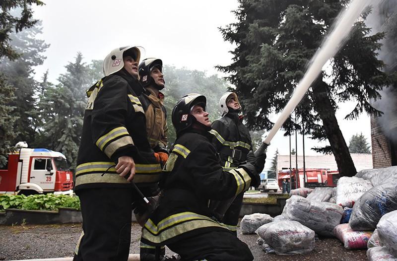 Работники пожарной службы МЧС