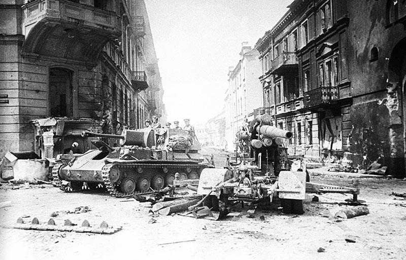 Советские войска ведут уличный бой. 1944 год