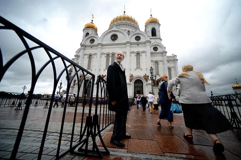 Верующие стоят в очереди к Храму Христа Спасителя
