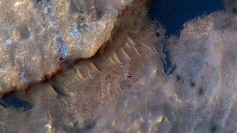 Фотография марсохода Curiosity, сделана с орбиты Марса камерой HiRISE