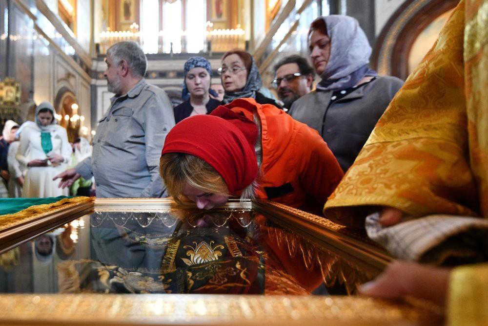 Поклонение верующих мощам святых Петра и Февронии в храме Христа Спасител