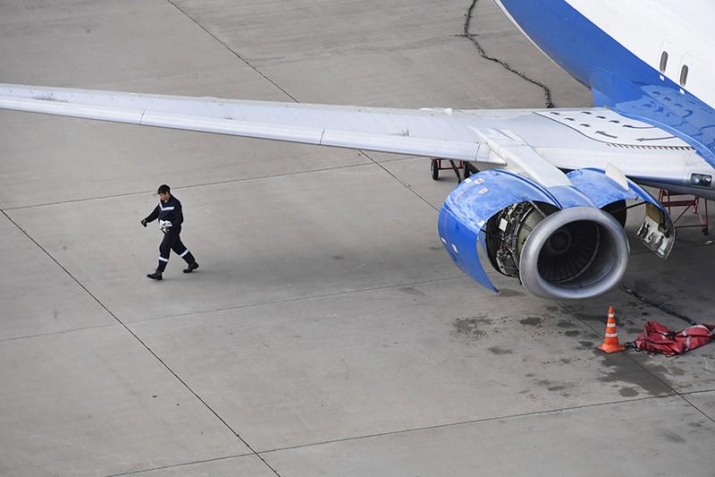 """Самолет авиакомпании """"Победа"""" на взлетно-посадочной полосе"""