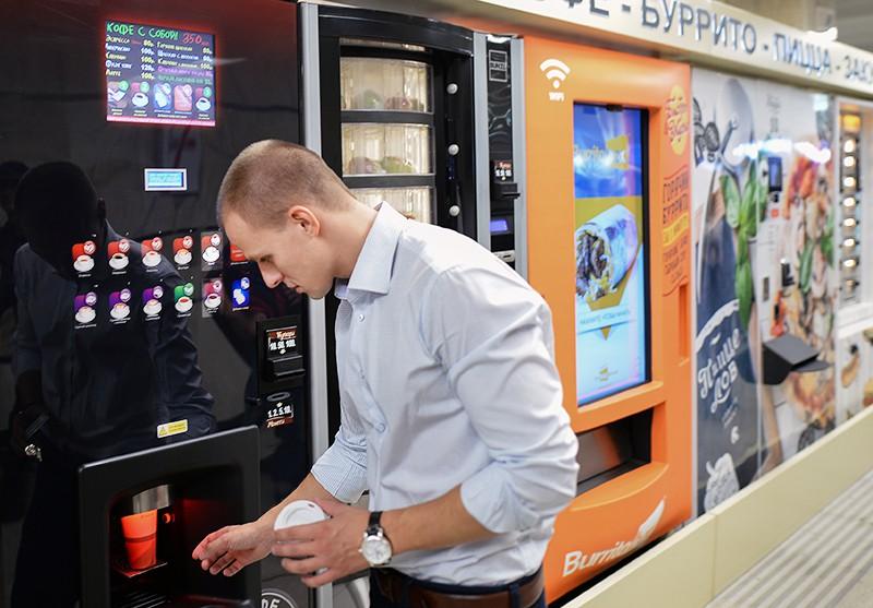 Мужчина возле автомата с едой