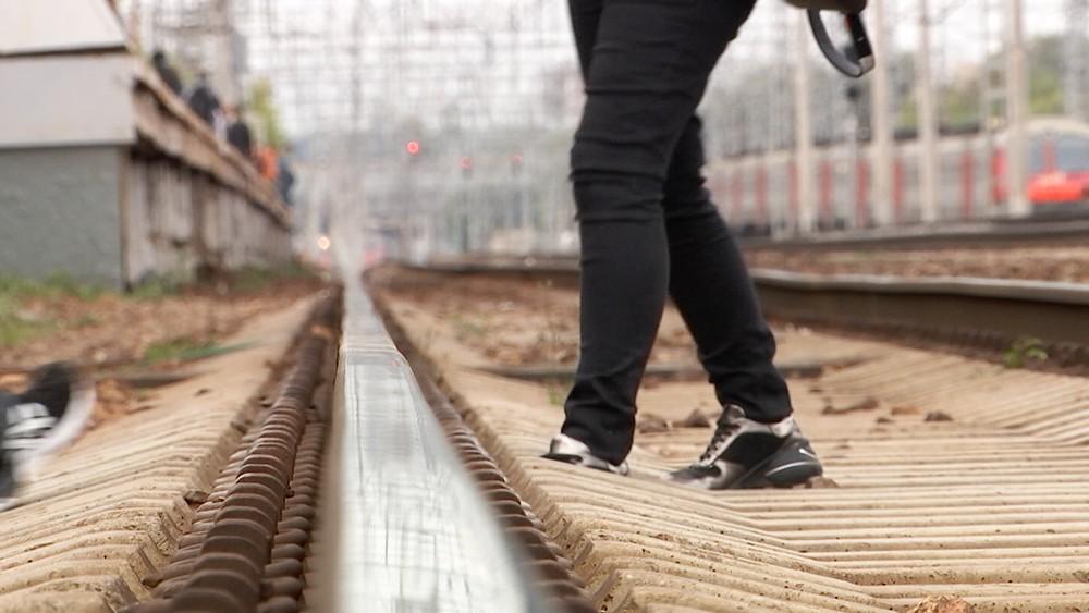 Люди переходят железнодорожные пути