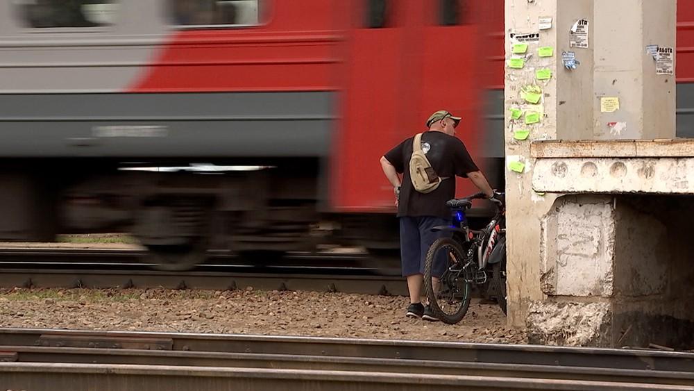 Человек переходит железнодорожные пути